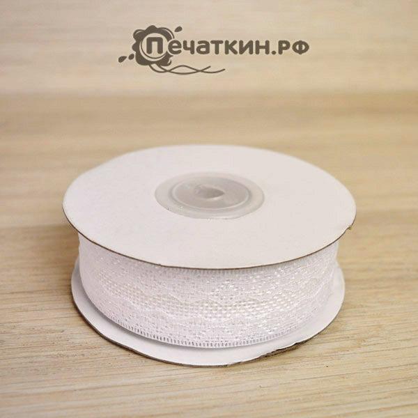 Белая кружевная лента